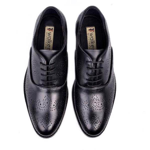 A top view of men's oxford brogue xxw width shoes made with black leather