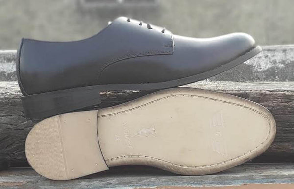 A sole view of size 5 men's shoes made with black leather