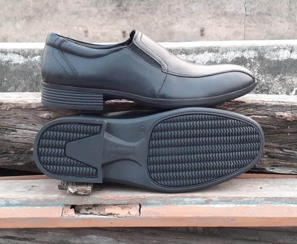 Sole side view of men's big slip-on shoes made in black leather