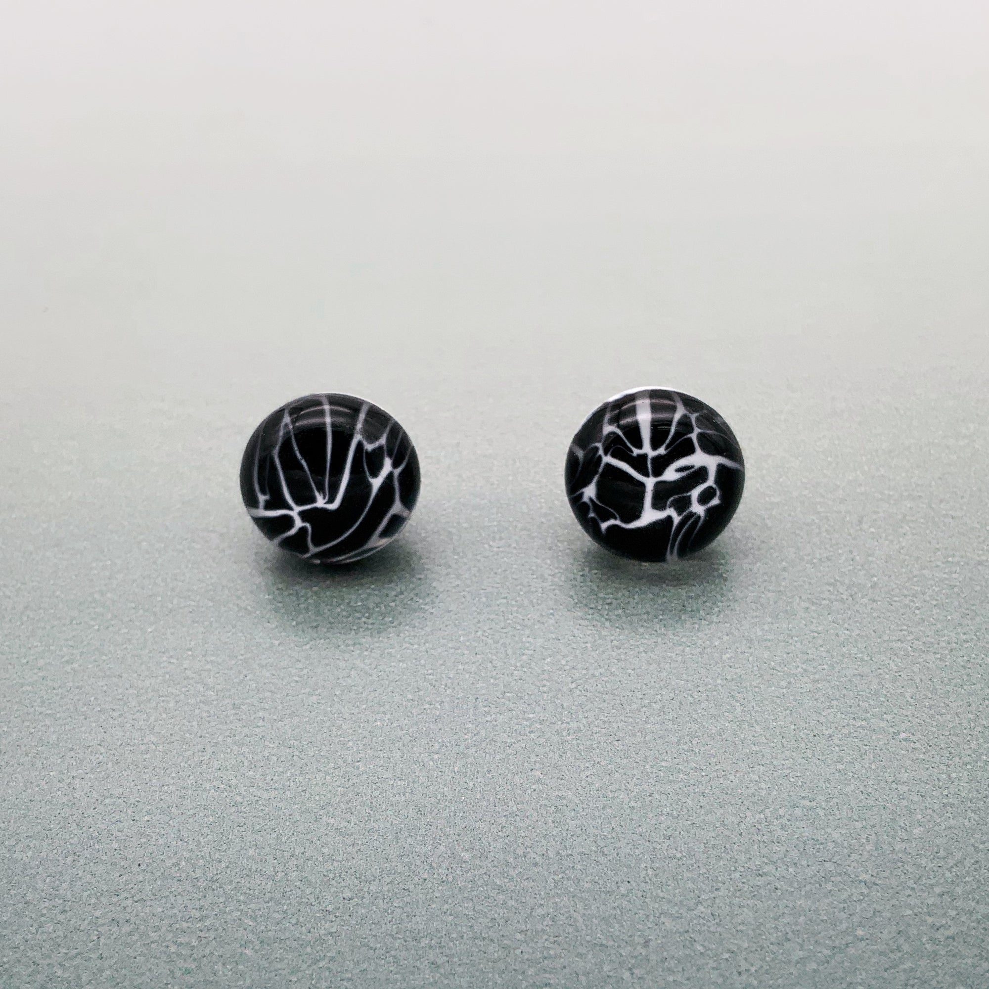 Marmo glass stud earrings - Black and white marble