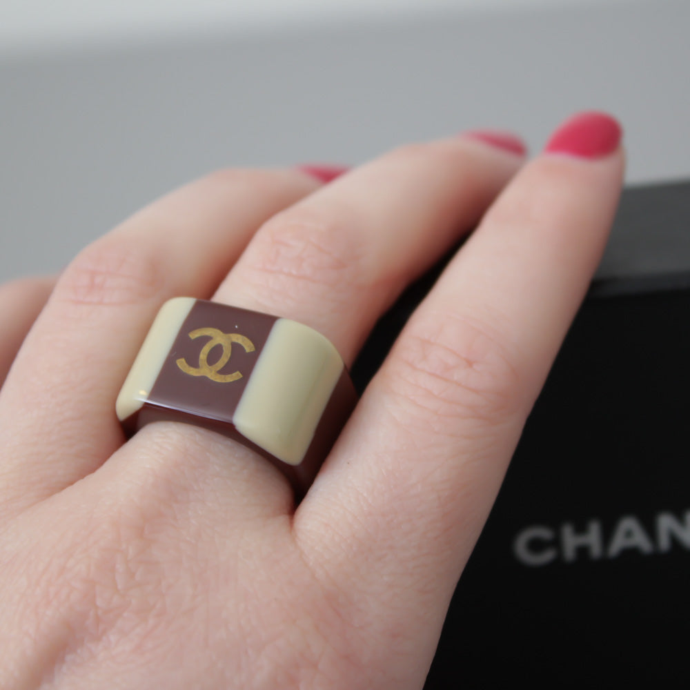 CHANEL ANELLO IN RESINA BEIGE E MARRONE
