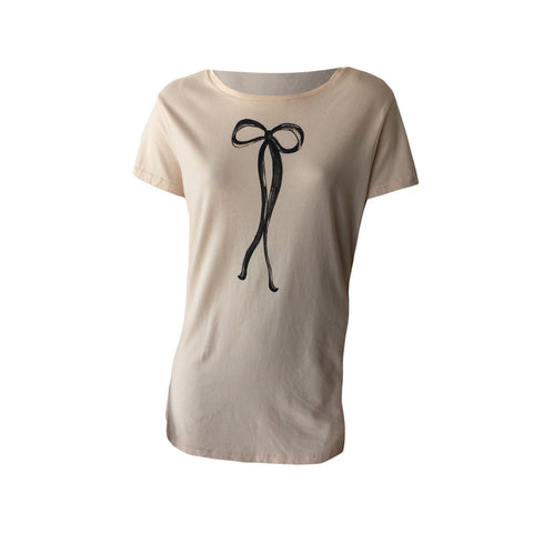 Super cute blush tee with ribbon print detail by Scotch & Soda. This teen t-shirt is a great Summer Tee made of soft cotton and with a longer body for a great fit.