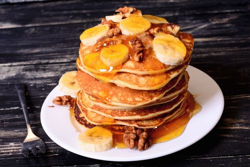 pancakes with maple syrup and bananas