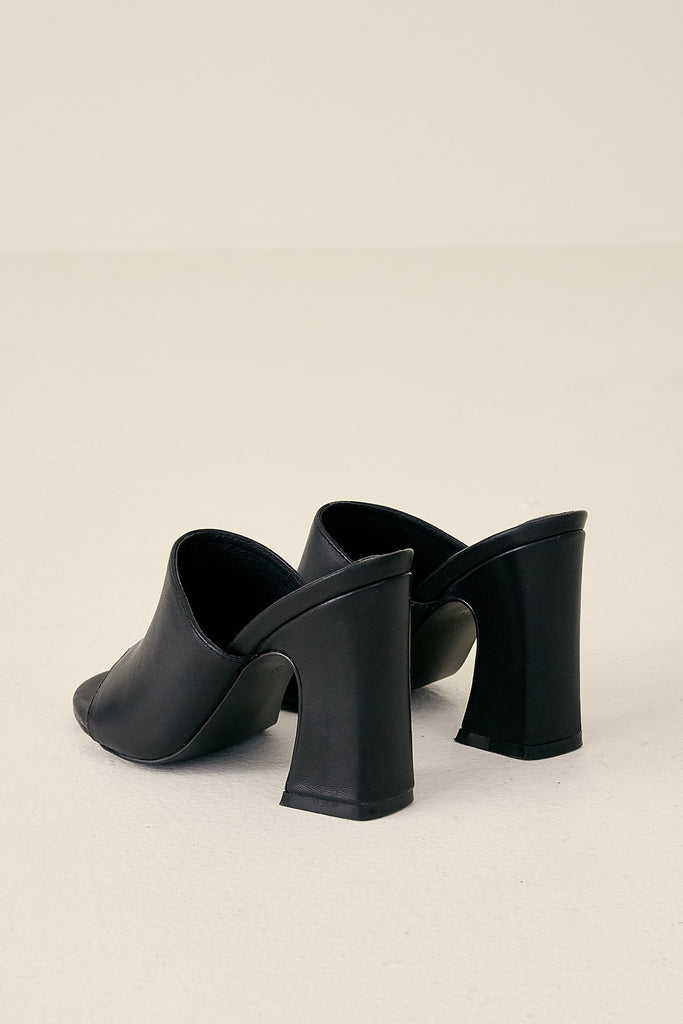 CRESCENT LEATHER HEEL black