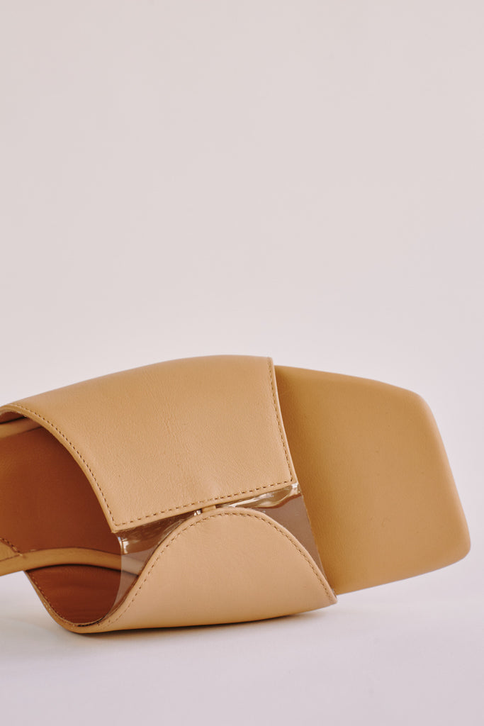 GEOMETRIC LEATHER FLAT amberlight