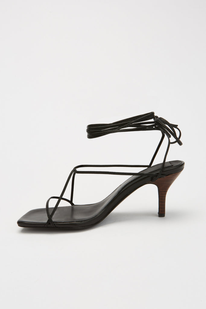 LACED SANDAL black