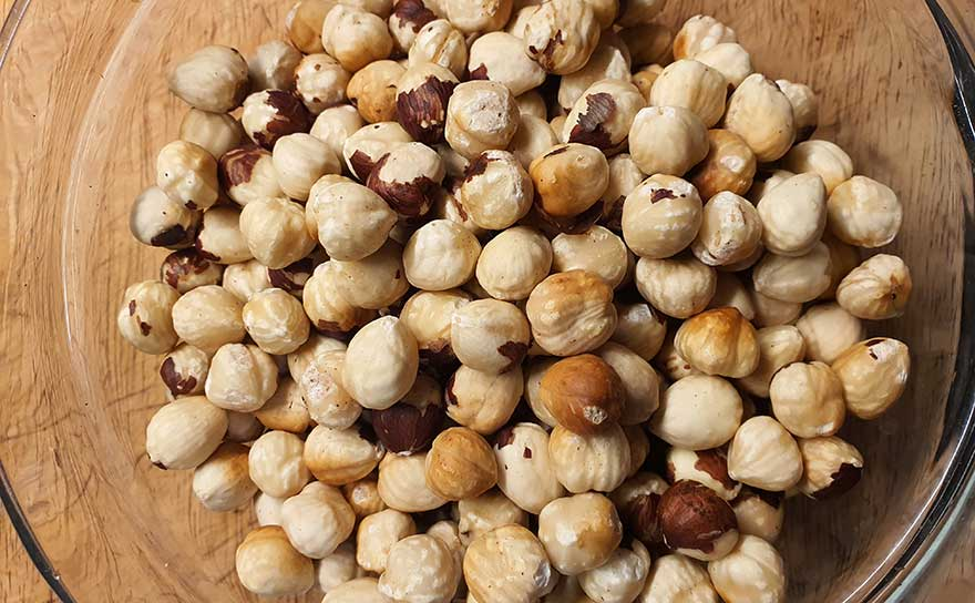 lightly roasted hazelnuts without their skins