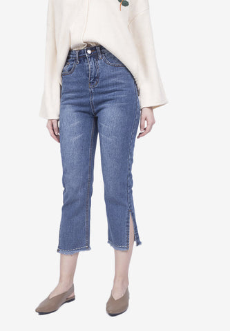 Side-Slit Frayed Crop Jeans