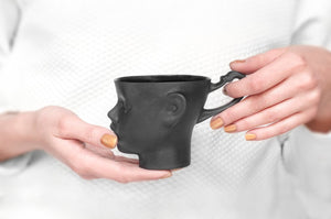 DOLL HEAD mug in black - Decoriia