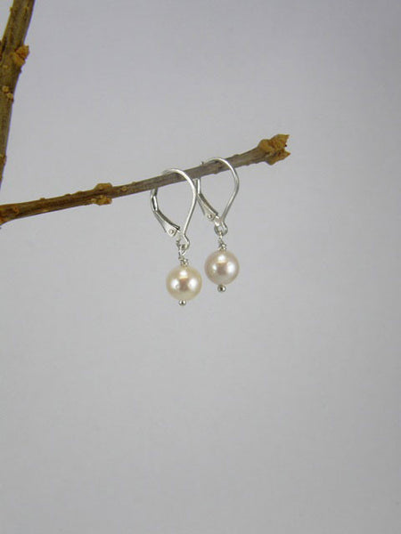 7 mm white pearl. Also available in dark grey, light grey, and pink.