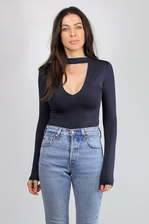 Fitted-tee shirt with cut out neckline, in Washed Black. Image 2