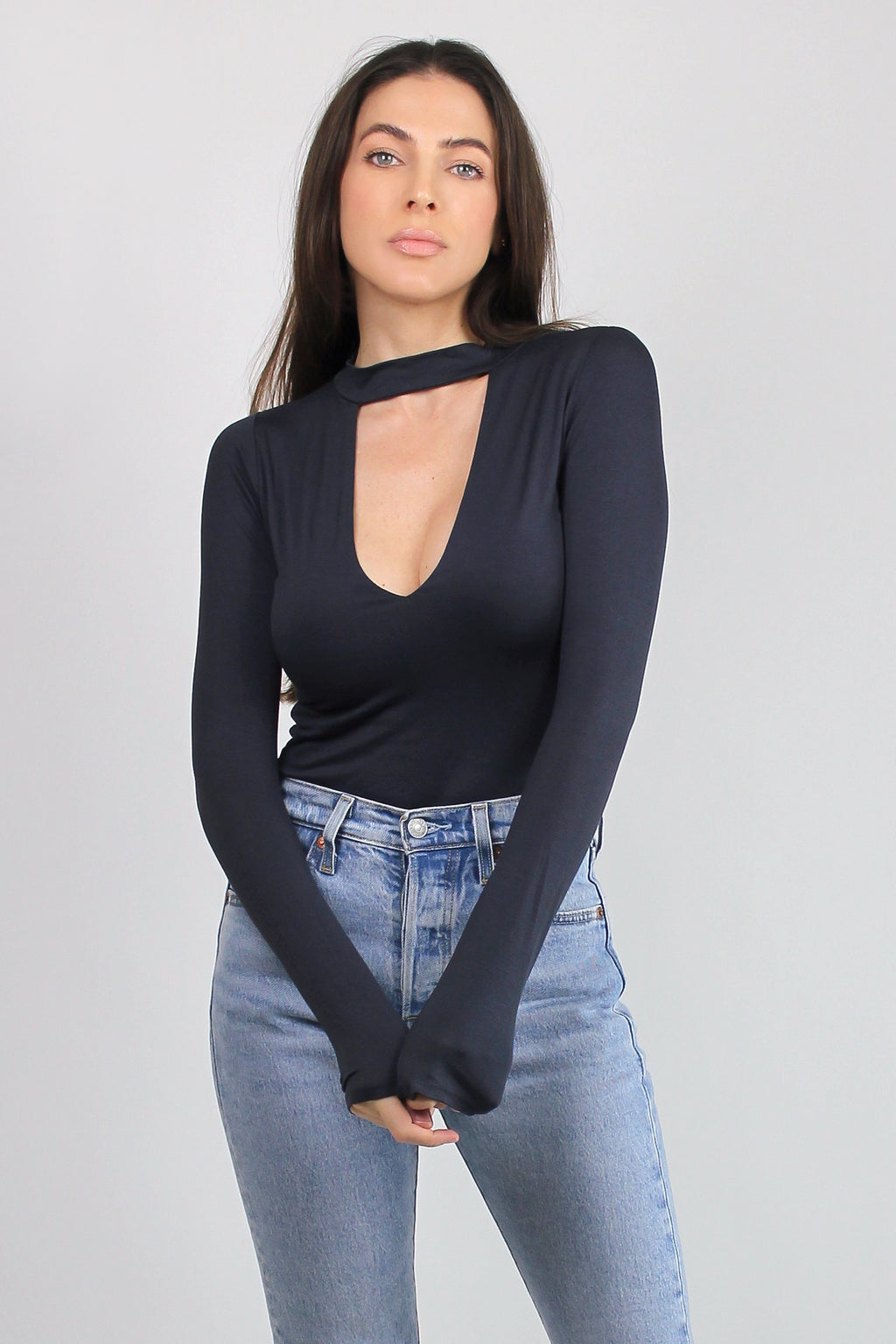 Fitted-tee shirt with cut out neckline, in Washed Black.