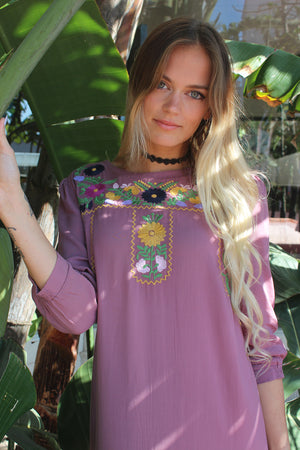 Mauve color midi dress with floral embroidery.
