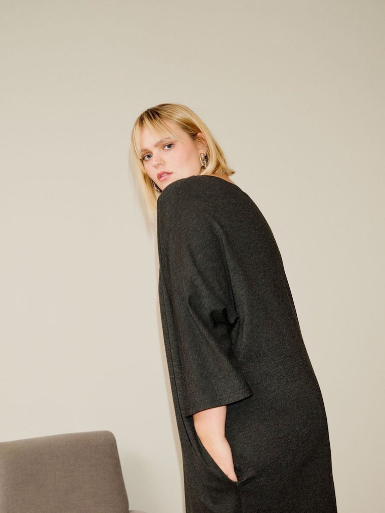 Sweater-Dress-MIT-Taschen---Anthrazit-Loved-by-Les-Soeurs-Shop-I