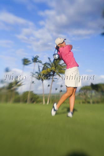 Woman playing golf in Maui, Hawaii Picture