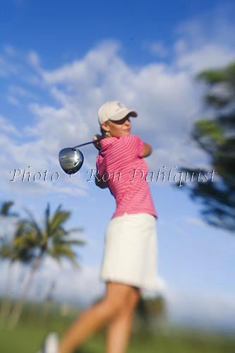 Woman playing golf in Maui, Hawaii - Hawaiipictures.com