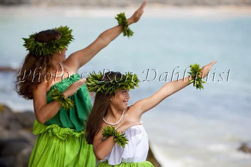 Kahiko hula dancers, mother and daughter, Hawaii