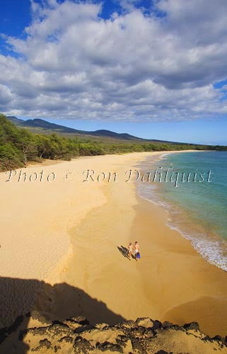Couple with snorkel gear on Oneloa Beach, Big Beach, Makena, Maui, Hawaii MR