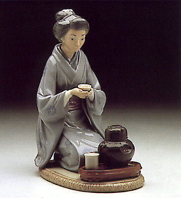 Lladro JAPANESE GIRL SERVING TEA - china-cabinet.com