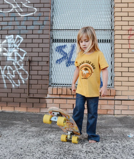 SUEDE DAZE KIDS CHASE THE SUN TEE - MUSTARD