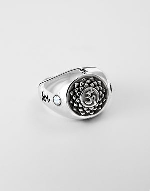 Load image into Gallery viewer, ETERNAL BLISS Siegelring - Kronenchakra mit Bergkristall - Sterling Silber handgearbeitet liegend