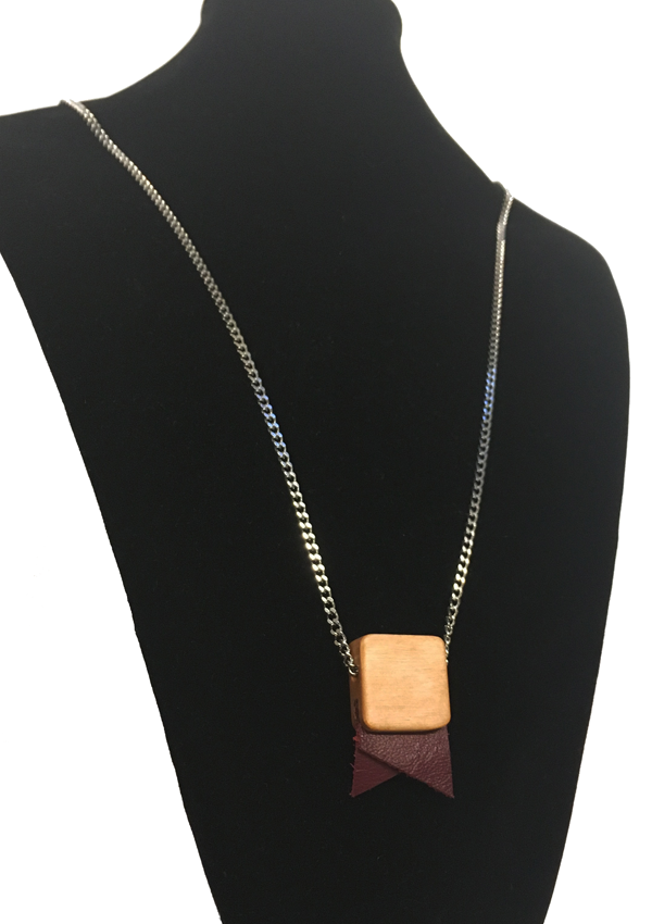 Small Fanion Burgundy Necklace
