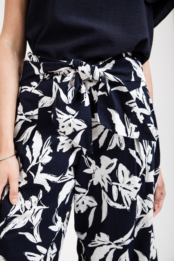 FLOWER PRINT WIDE LEG CROP PANTS