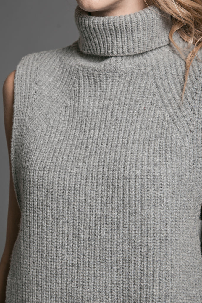 SLEEVELESS SIDE SLIT TURTLENECK