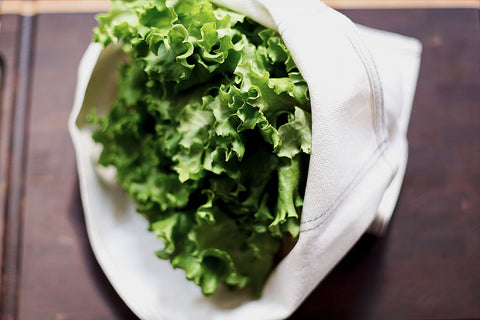 SPIN OR TOWEL-DRY YOUR GREENS THOROUGHLY AND PLACE THEM INSIDE, PRESSING OUT ANY ADDITIONAL AIR. STORE IN THE CRISPER DRAWER OF YOUR REFRIGERATOR.