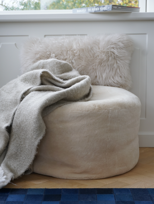 NC Living New Zealand Sheepskin Round Pouf | Moccasin, Calf Leather Backing | D55xH46 Poufs Natural