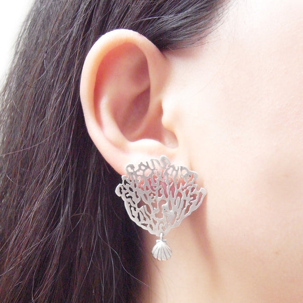 MOMOCREATURA White Coral & Shell Single Earring Silver on Model
