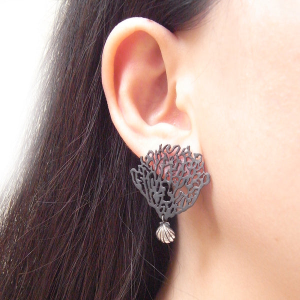 MOMOCREATURA Black Coral & Shell Single Earring Silver on Model