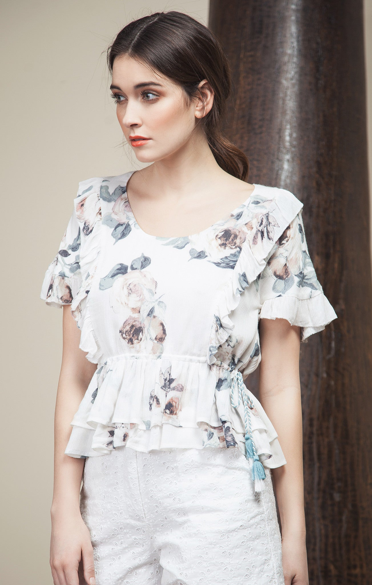 RUFFLE SHORT SLEEVE WITH TASSEL TOP