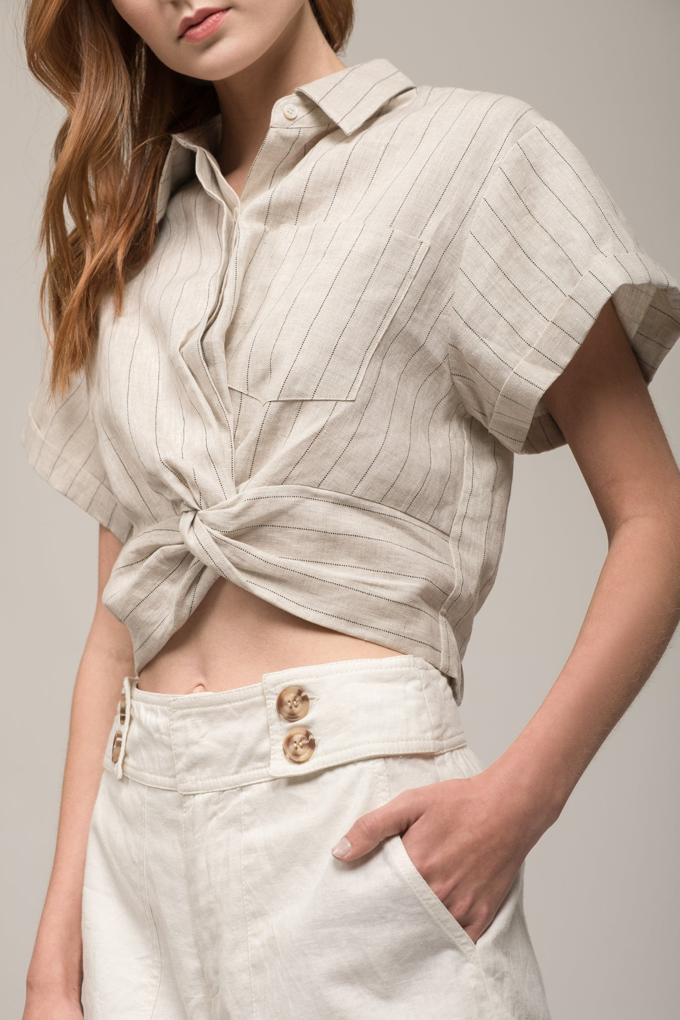 CROP TOP WITH COLLAR AND FRONT TWIST
