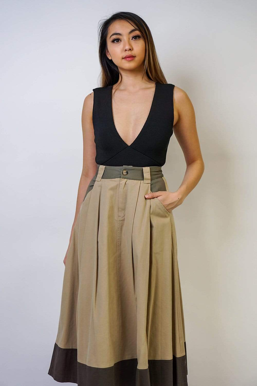 Khaki color block linen-blend midi skirt featuring belt loops. A-line silhouette with pockets.