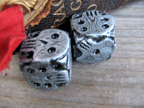 silver colored skull dice