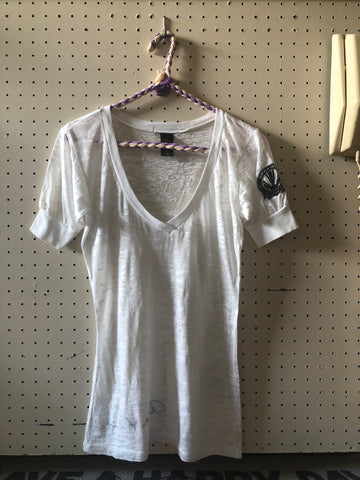 Ama & Ina : White burnout v-neck