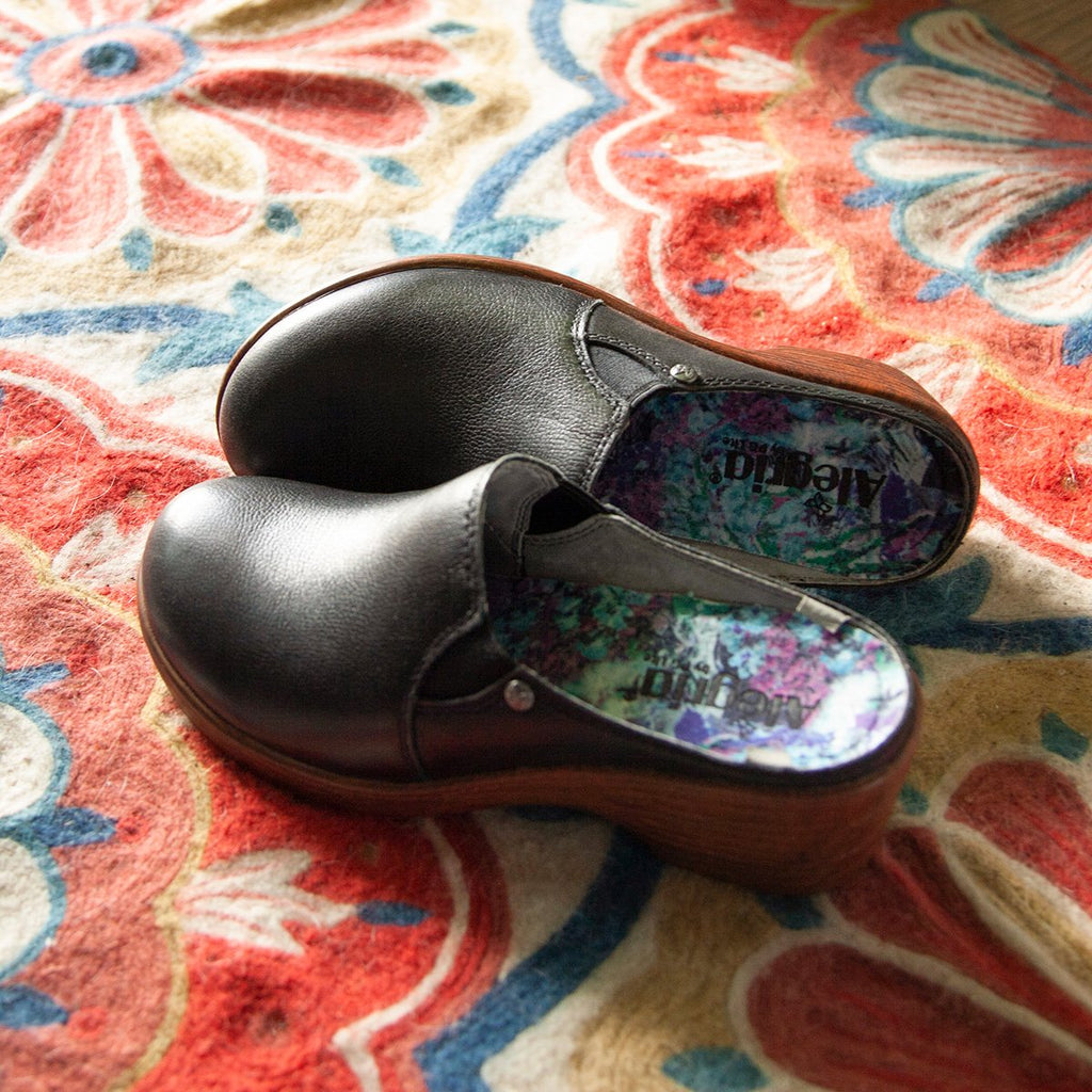Serenity Obsidian clog on a wood look wedge outsole - SER-7741_S2