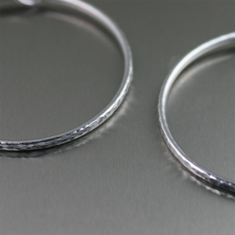 Aluminum Hoop Hammered Rim Earrings - johnsbrana - 2