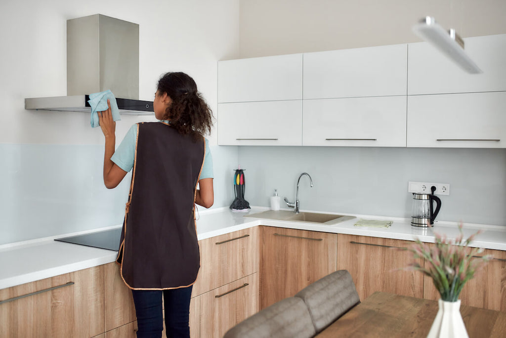 Kitchen cleaning tips: woman cleaning the kitchen