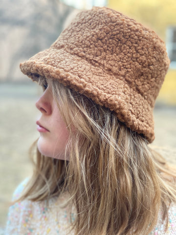 TEDDY BUCKET hatt i CAMEL