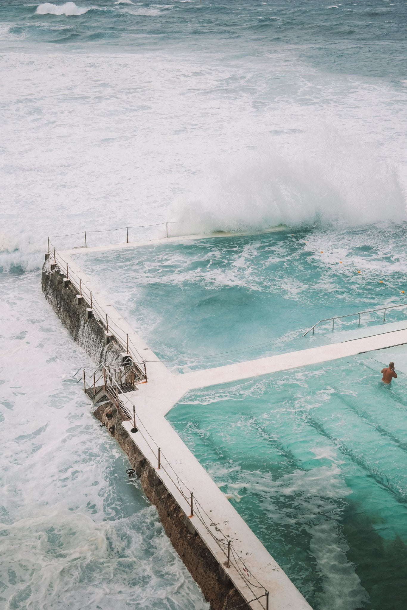 What to do in a weekend in Sydney Australia featured by Promptly Journals: Bondi beach waves