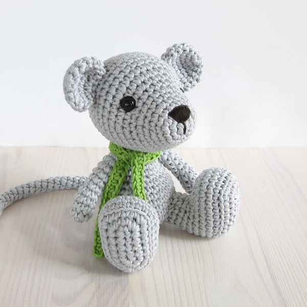 PATTERN: Small sitting mouse