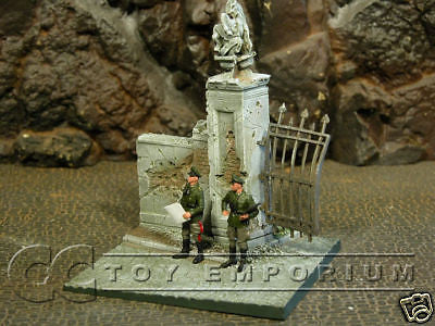 """RETIRED"" Sunix World 1:32 Hand Painted Deluxe Damaged Gate Ruin"