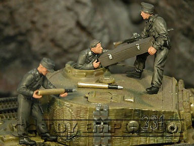 """BRAND NEW"" Custom Built & Hand Painted 1:35 WWII German Tank Crew Stowing Ammo Set (3 Figure Set)"
