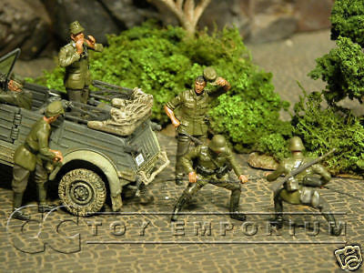 """BRAND NEW"" Custom Built & Hand Painted 1:35 WWII German ""Helping Out"" Soldier Set (5 Figure Set)"