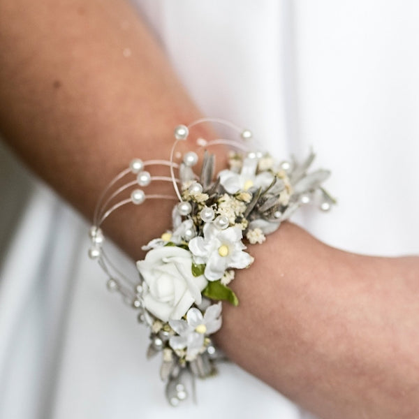 First holy communion bracelet with pearls Bridesmaid bracelet Magaela accessories White floral bracelet Holy communion flower bracelet