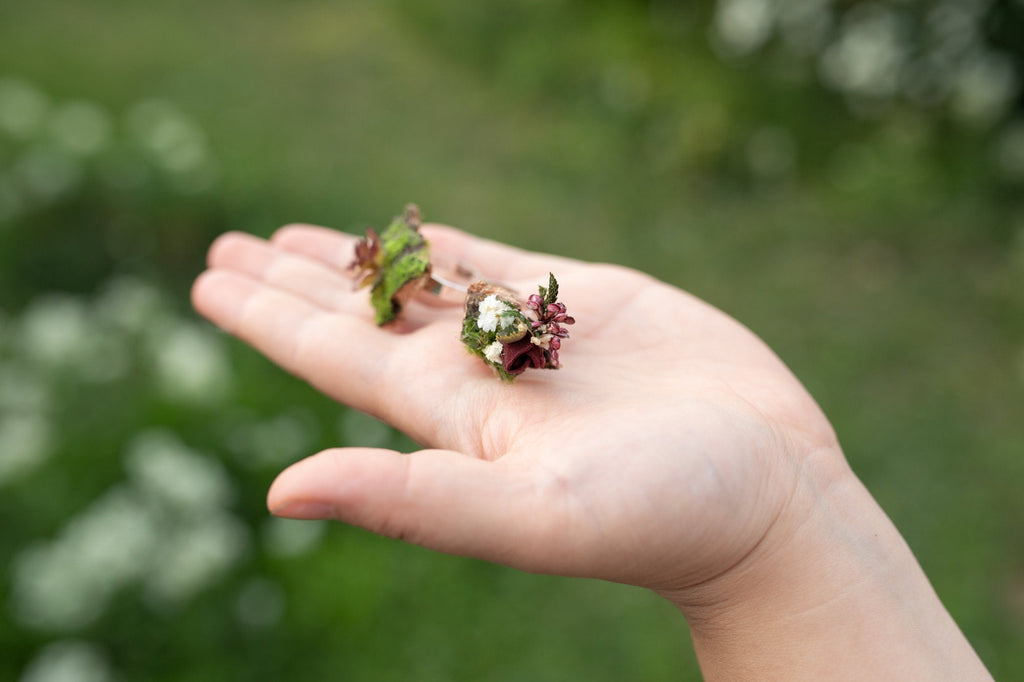 Burgundy flower ring Bridal ring with moss in natural colours Woodland Earthy style Adjustable ring Nickel free Magaela accessories Wedding