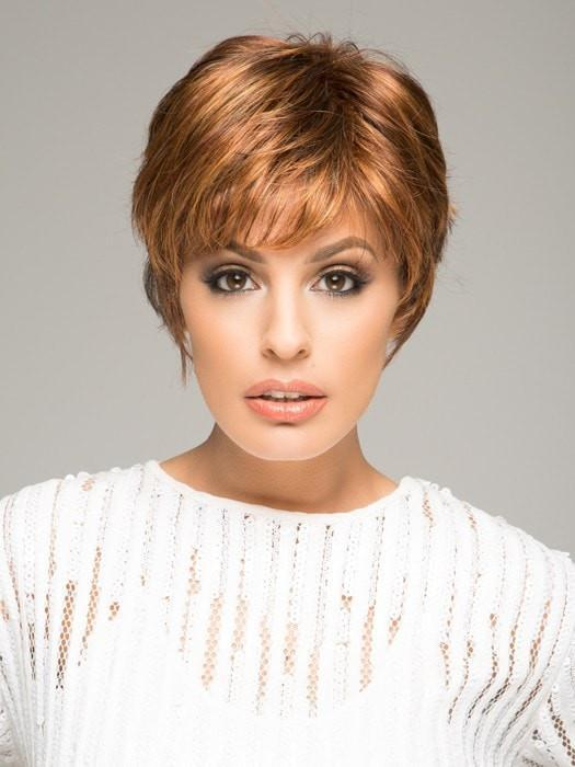 Texturized, layered and voluminous short wig