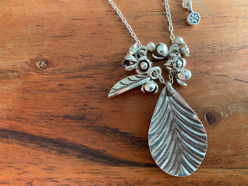 Necklace - silver chain w/leaf cluster